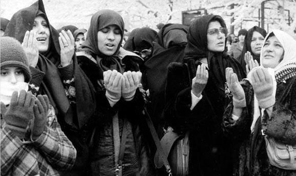 عکس/ دعا کردن مردم برای سلامتی امام(ره)